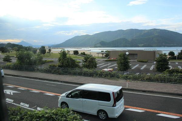 小浜線の車窓から撮影した鯉川海水浴場