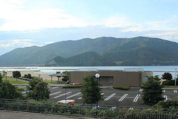 海水浴場の奥にある山に鉄塔がある。