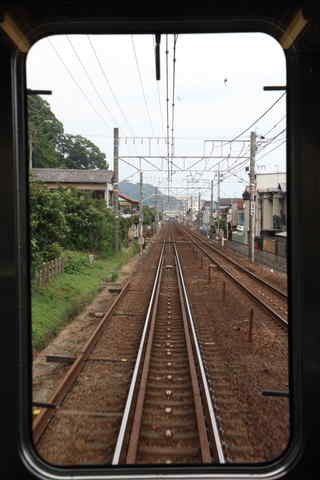 遠方に見える興津駅