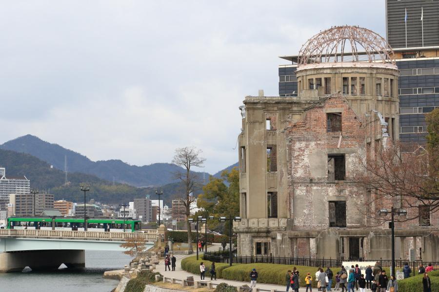 原爆ドームとGreenLiner 3956号(路面電車)