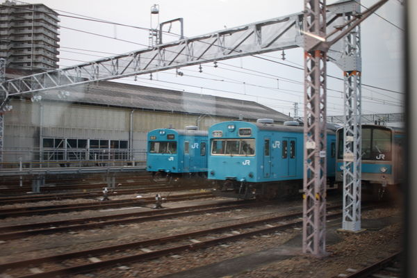 鳳駅留置線に停車中の103系と205系1000番台