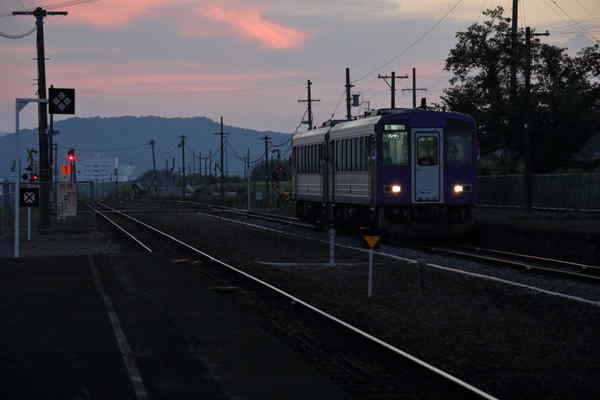 佐那具駅に到着するキハ120