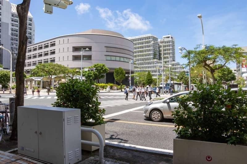 沖縄県議会と奥に見える那覇市役所
