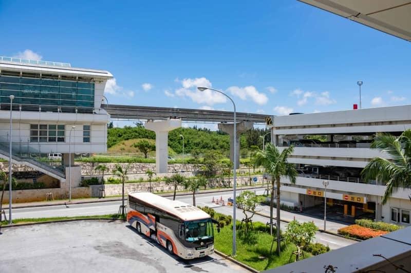 那覇空港から見た那覇空港の駐車場と那覇空港駅
