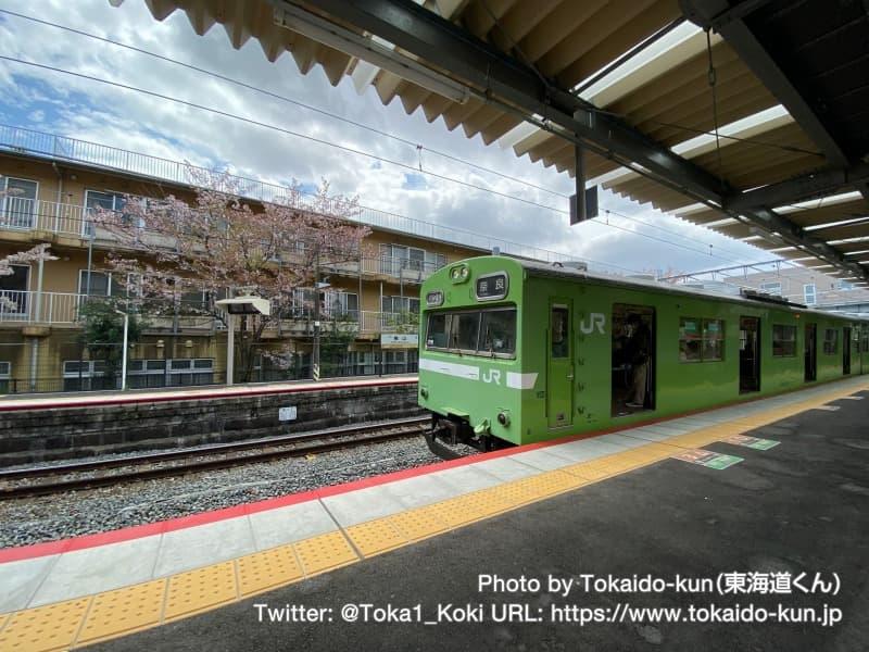 桃山駅に停車中の103系電車