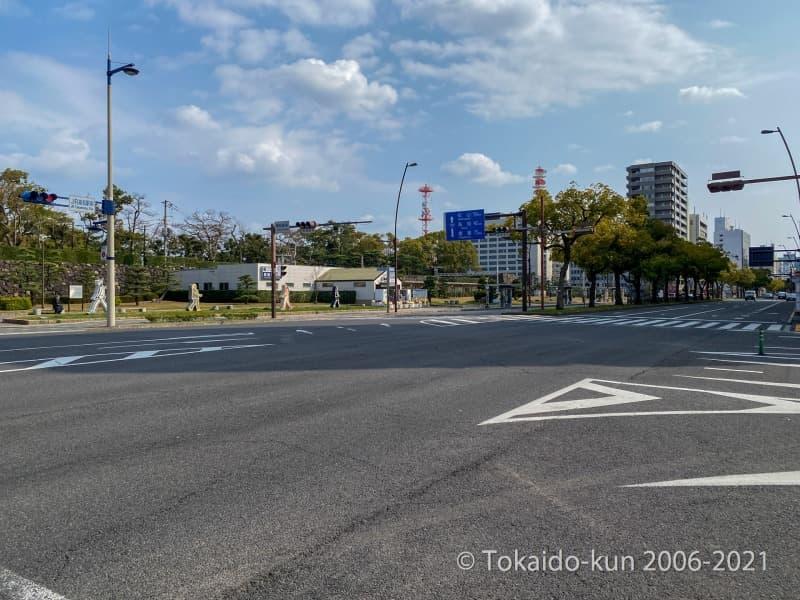 少し歩くと国道30号が通っており、その奥にはことでんこと、高松琴平電気鉄道の高松築港駅がある。