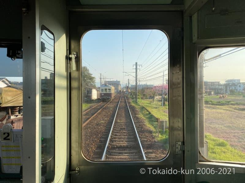 仏生山駅構内に停車中のレトロ電車