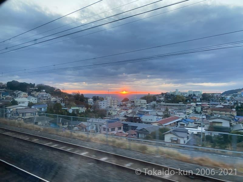 真鶴駅通過後に見える、日の出